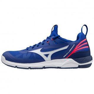 Leuchtende Schuhe mit Mizuno-Wellen